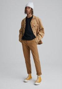 Levi's® - XX CHINO STD II - Spodnie materiałowe - desert boots shady - 1