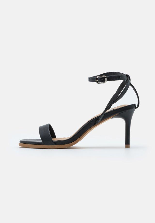 CONTRAST SOLE MATTE LOW  - Sandały na obcasie - black
