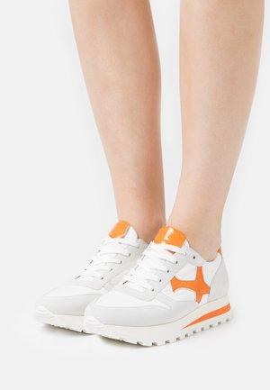 FELIPA - Sneakers laag - weiß/landa papaya bardy