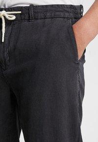 Scotch & Soda - WARREN GARMENT DYED BEACH  - Trousers - black - 3