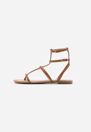 COLISIUMM - Sandály s odděleným palcem - cognac
