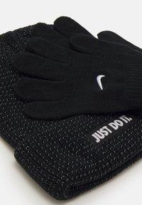 Nike Sportswear - REFLECTIVE BEANIE GLOVES SET UNISEX - Gloves - black - 2