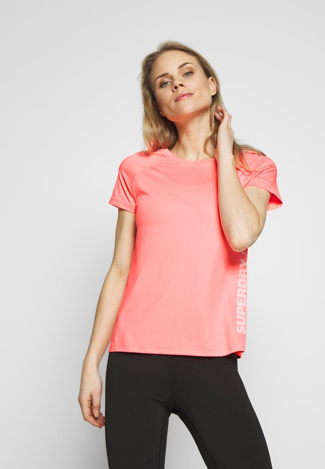 TRAINING ESSENTIAL TEE - T-Shirt print - phosphorescent coral