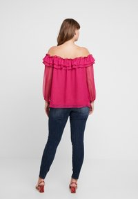 Vince Camuto Plus - RUFFLED OFF SHOULDER YORYU BLOUSE - Blůza - wildhibiscus - 2