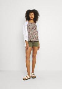 Vila - VIMILINA FLOWER - Print T-shirt - green milieu/red/pink - 1