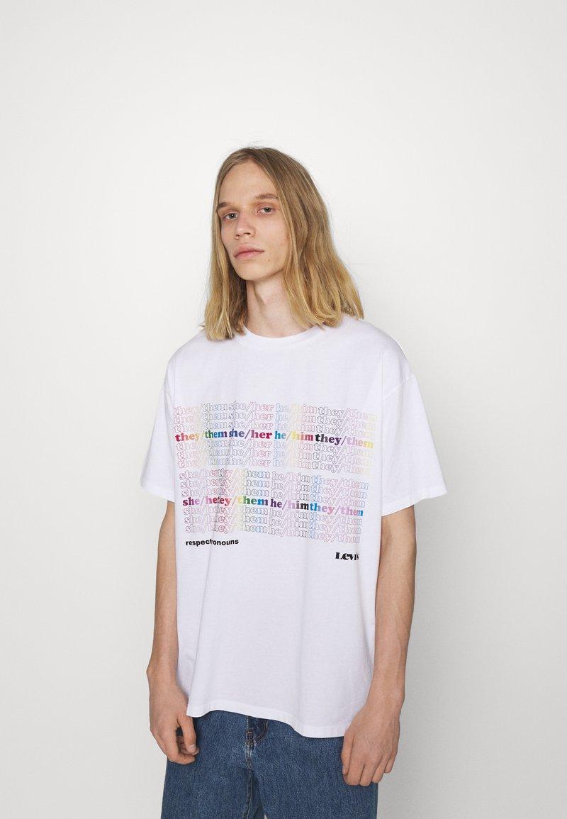 Levi's® - PRIDE LIBERATION ROADTRIP TEE UNISEX - Print T-shirt - white