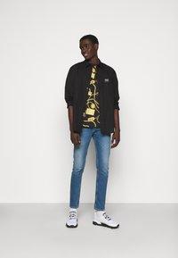 Versace Jeans Couture - Print T-shirt - black - 1