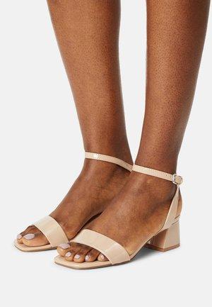 VMLIZA  - Sandaalit nilkkaremmillä - taupe