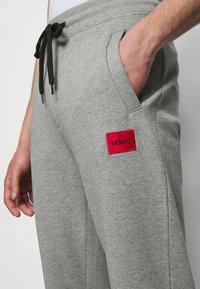 HUGO - DOAK - Verryttelyhousut - medium grey - 3