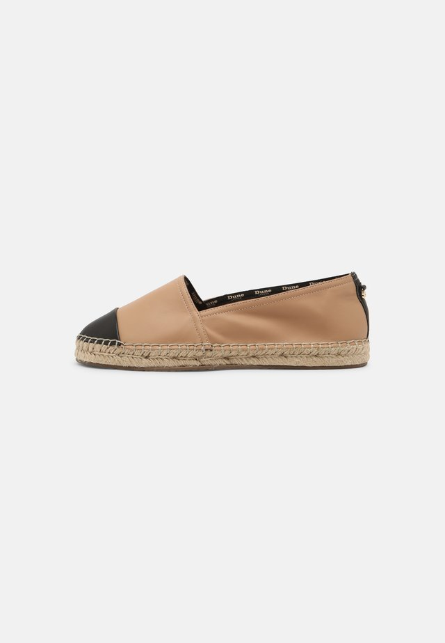 WIDE FIT GINGER - Espadryle - camel