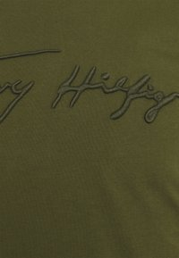 Tommy Hilfiger - SIGNATURE GRAPHIC TEE - T-shirt med print - putting green - 2