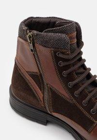 Geox - ALBERICK - Šněrovací kotníkové boty - dark cognac/dark brown - 5