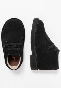 Clarks - DESERT BOOT - Zapatos con cordones - black - 0