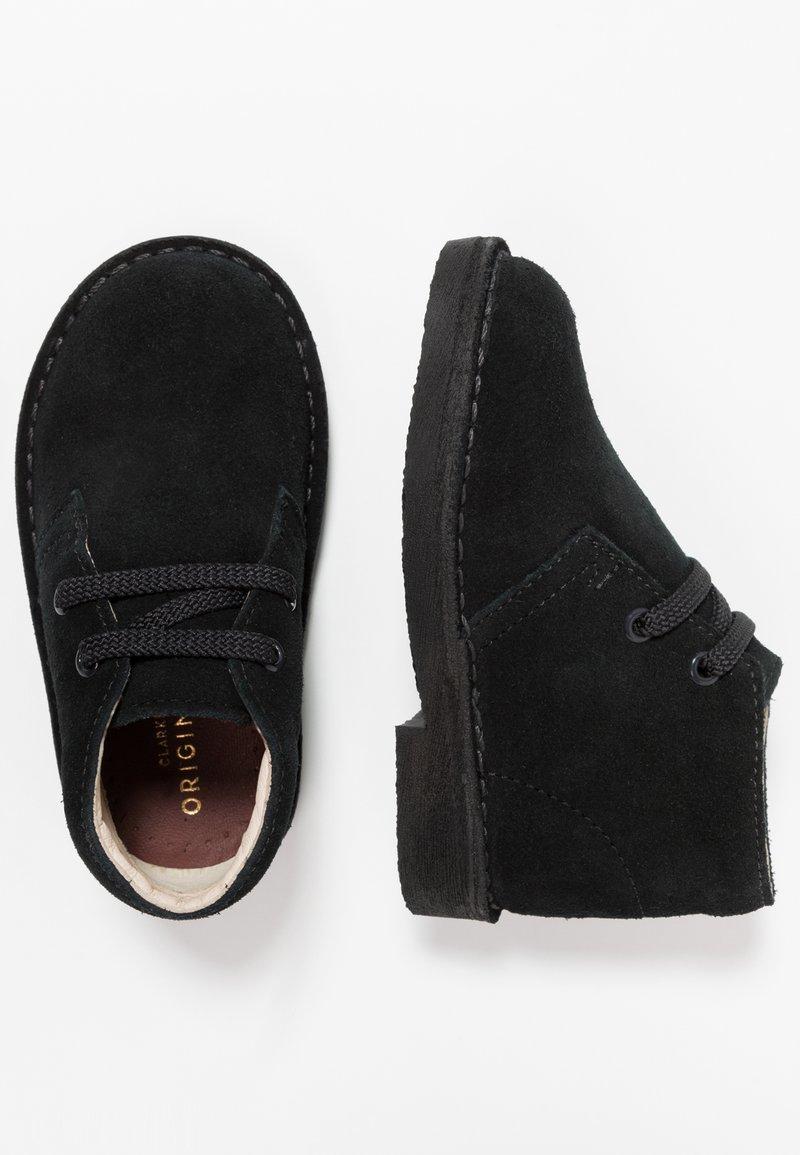Clarks - DESERT BOOT - Zapatos con cordones - black