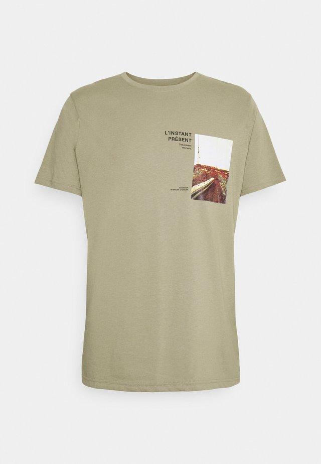 NEABIL TEE - Print T-shirt - light olive