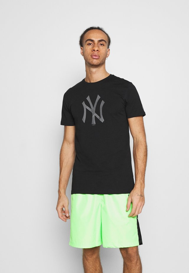 NEW YORK YANKEES REFLECTIVE PRINT TEE - Klubbkläder - black