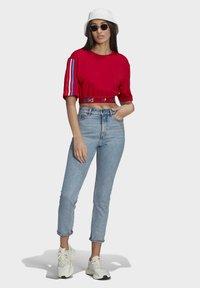 adidas Originals - PRIMEBLUE ADICOLOR ORIGINALS RELAXED T-SHIRT - Camiseta estampada - scarlet - 1