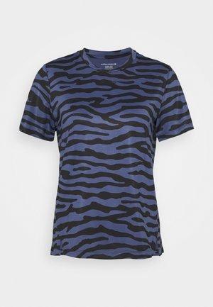 CATO TEE - Print T-shirt - crown blue