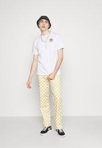 WAWWA - UNISEX SUNSPOTS - Print T-shirt - white - 1
