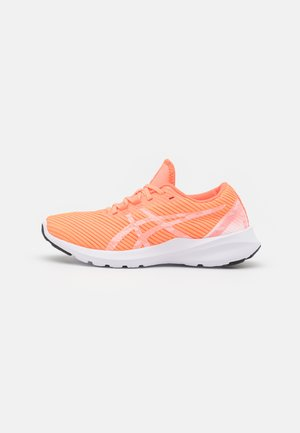 VERSABLAST - Neutral running shoes - sun coral/white