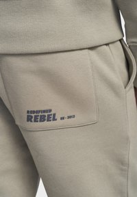 Redefined Rebel - Trainingsbroek - silver sage - 3