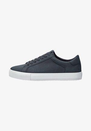 MIT BROGUING - Sneakersy niskie - blue