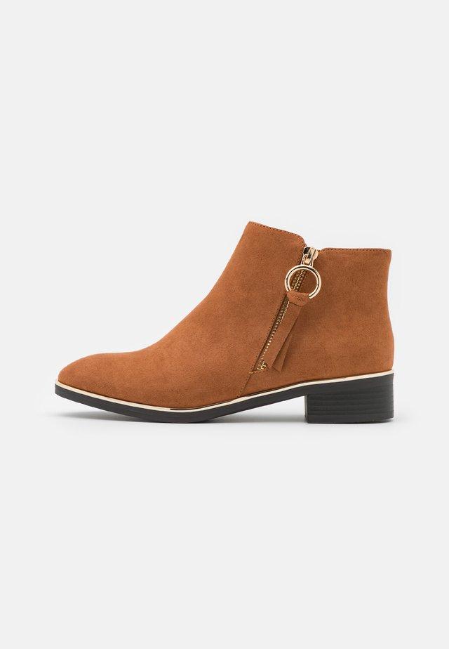 WIDE FIT DAFFODILLA - Ankle boot - tan