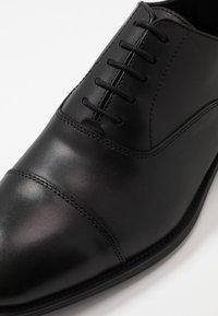 Office - MEMO OXFORD TOE CAP - Business sko - black - 5