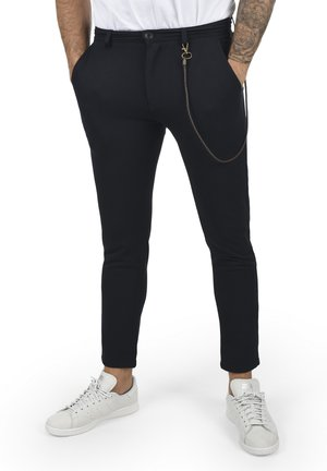 TRAVIS - Spodnie materiałowe - insignia b