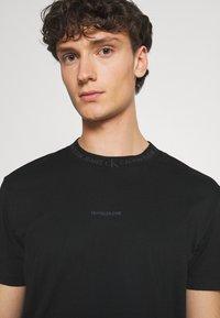 Calvin Klein Jeans - LOGO TEE UNISEX - Print T-shirt - black - 3