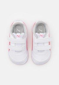 Puma - STEPFLEEX 2 UNISEX - Sportschoenen - white/sun kissed coral - 3