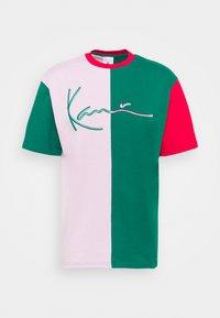 Karl Kani - SIGNATURE BLOCK TEE UNISEX - Print T-shirt - green - 3
