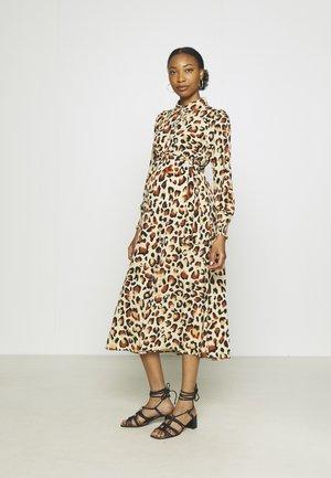 PCMFALISHI SHIRT DRESS - Vestido camisero - brown