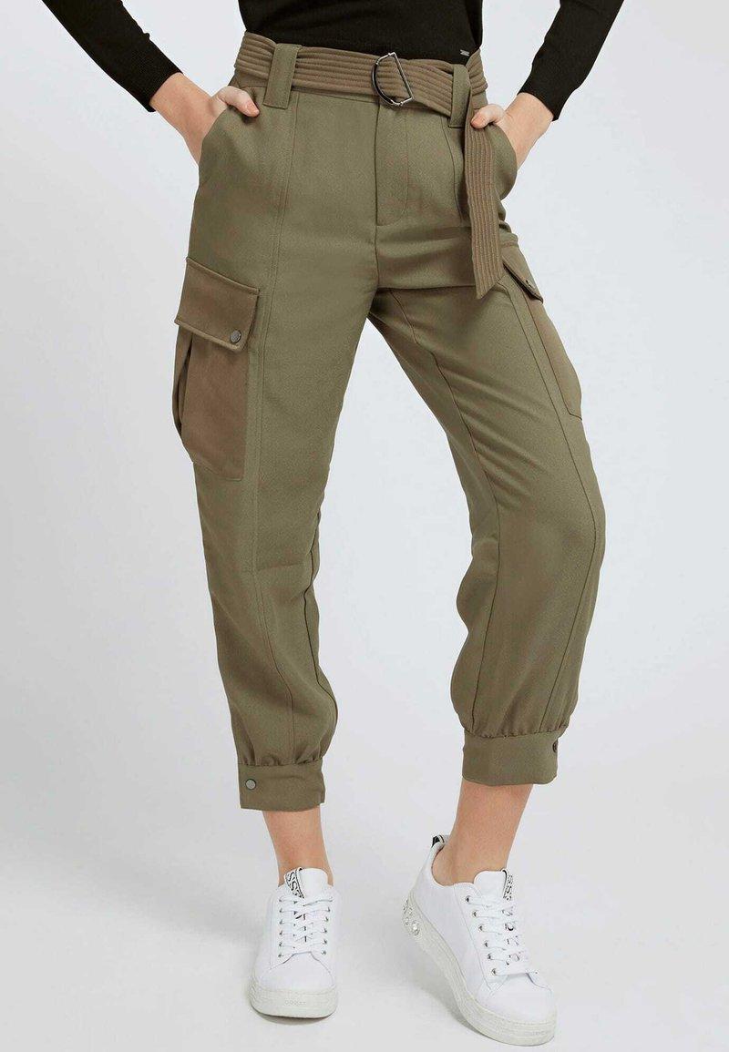 Guess - SATIN - Cargo trousers - grün