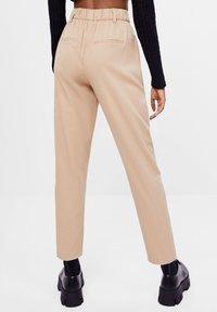 Bershka - KAROTTEN - Pantalon classique - beige - 2