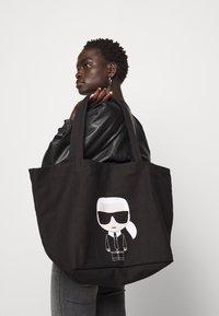 KARL LAGERFELD - IKONIK KARL TOTE - Tote bag - black - 4