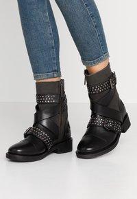 Pepe Jeans - MADDOX STUDS - Cowboy/biker ankle boot - black - 0