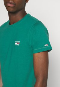 Tommy Jeans - CHEST LOGO TEE - T-shirt con stampa - midwest green - 4
