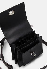 Royal RepubliQ - NEW CONDUCTOR MINIATURE BAG - Taška spříčným popruhem - black - 3