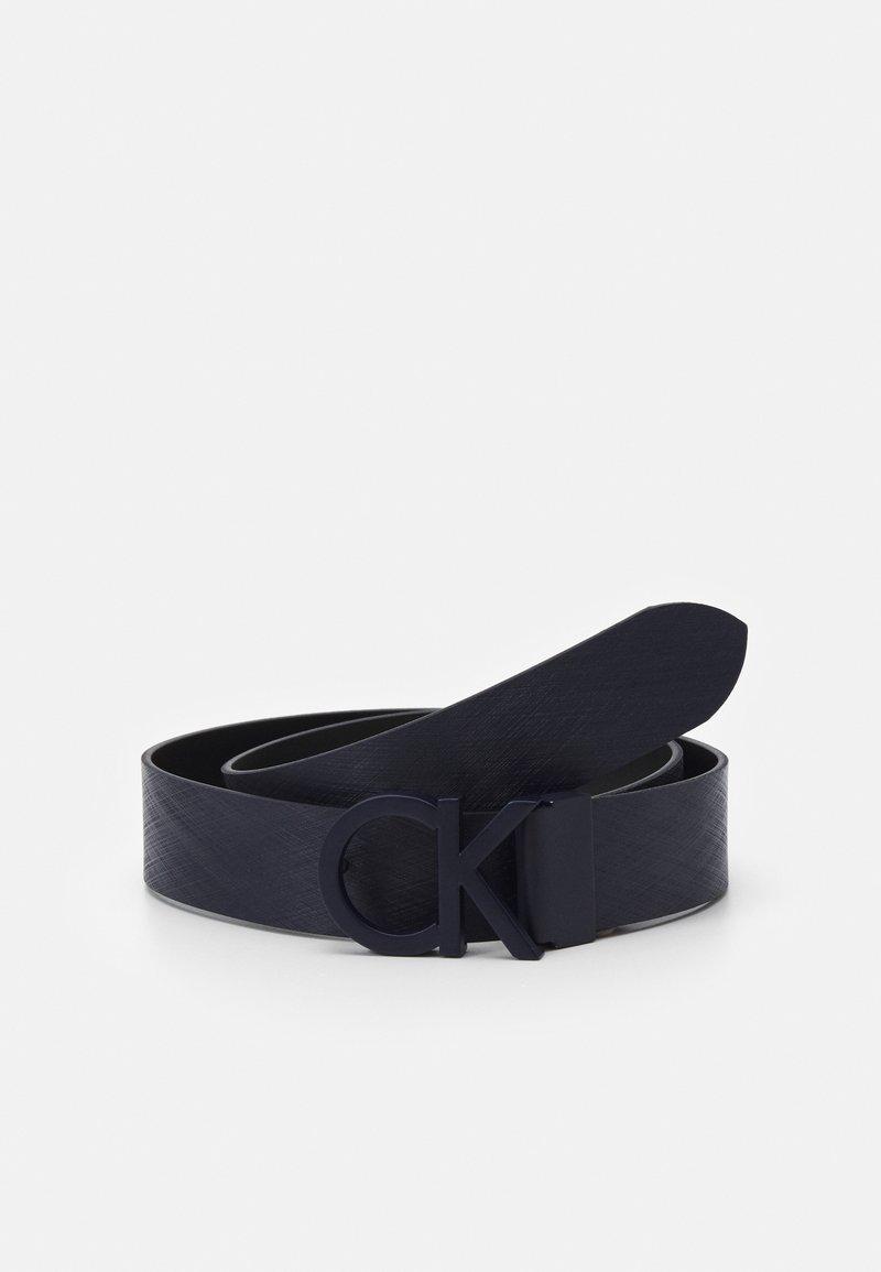 Calvin Klein - BUCKLE TEXTURED  - Cintura - blue