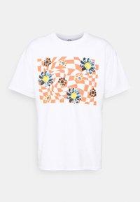 Vintage Supply - TRIPPY CHECKERBOARD FLOWER GRAPHIC UNISEX - Triko spotiskem - white with rust - 4