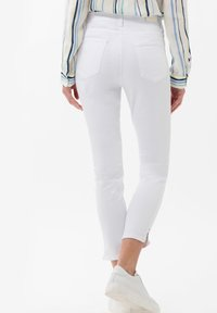 BRAX - STYLE SHAKIRA  - Jeans Skinny Fit - white - 2