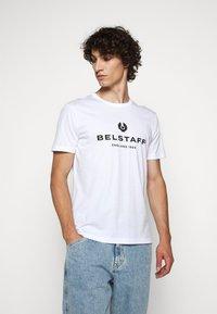 Belstaff - T-shirt con stampa - white - 0