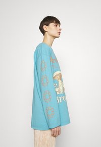 BDG Urban Outfitters - BREATHE IN BREATHE OUT SKATE - Maglietta a manica lunga - blue - 3