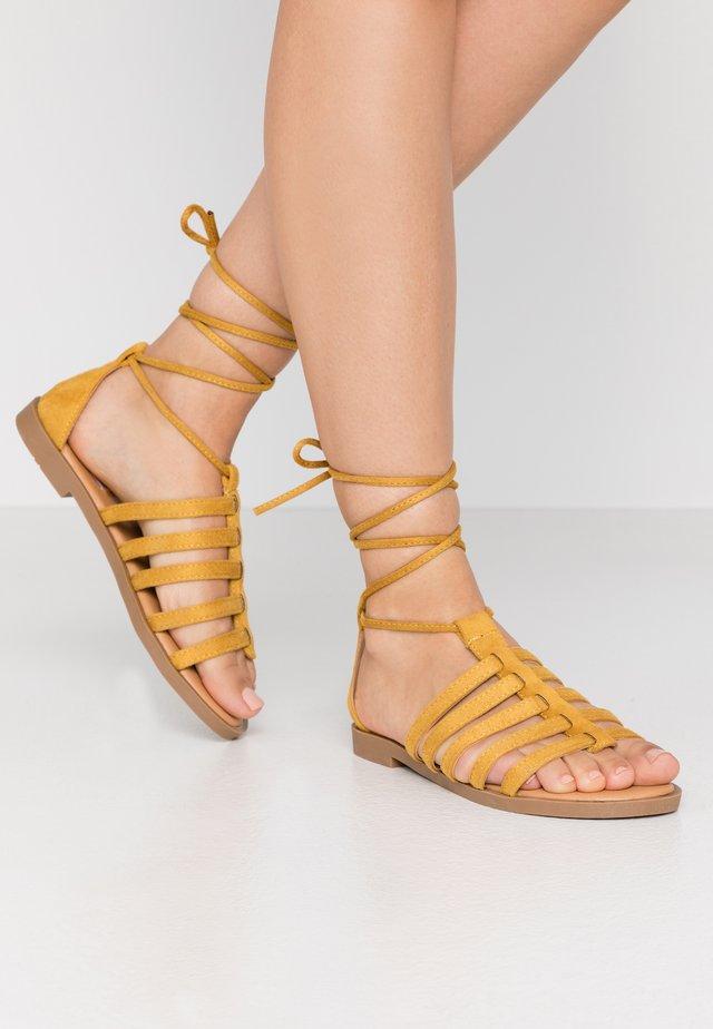 PALMIRA - Sandaalit nilkkaremmillä - join mostaza