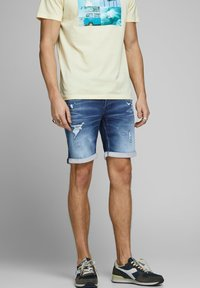 Jack & Jones - JEANSSHORTS RICK ICON - Denim shorts - blue denim - 0