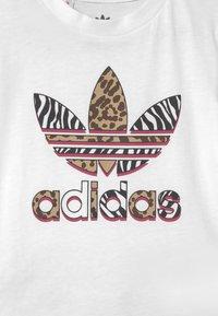 adidas Originals - SHORT SET UNISEX - Print T-shirt - white/multicolor/glow pink - 3