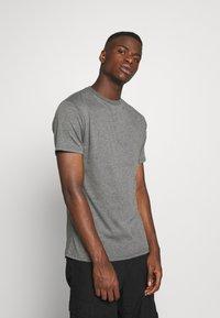 Newport Bay Sailing Club - MULTI TEE MARLS 7 PACK - T-shirt basique - dark blue/dark grey/bordeaux/tan/dark olive - 1