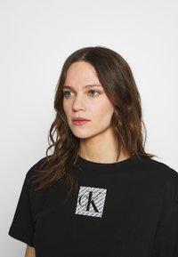 Calvin Klein Jeans - HOLOGRAM LOGO - Triko spotiskem - black - 3