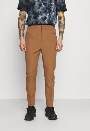 AFTERMATH TAPERED SUIT TROUSER - Chinos - light brown